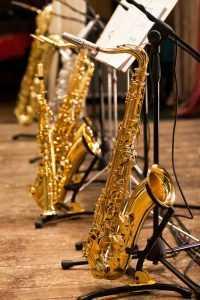 saxophones on stands