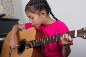 kid learning guitar